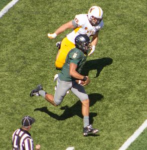 Marcus Mariota running the ball against the Wyoming Cowboys (Source - Wikimedia Commons)
